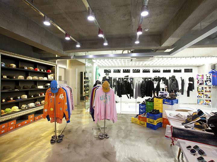 2階はメンズフロアで、男性服やファッション小物が揃います