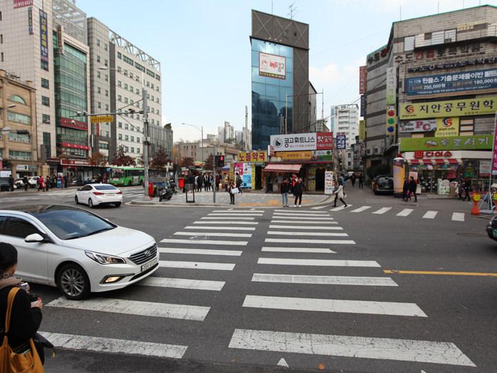2.横断歩道を渡ってさらに直進。