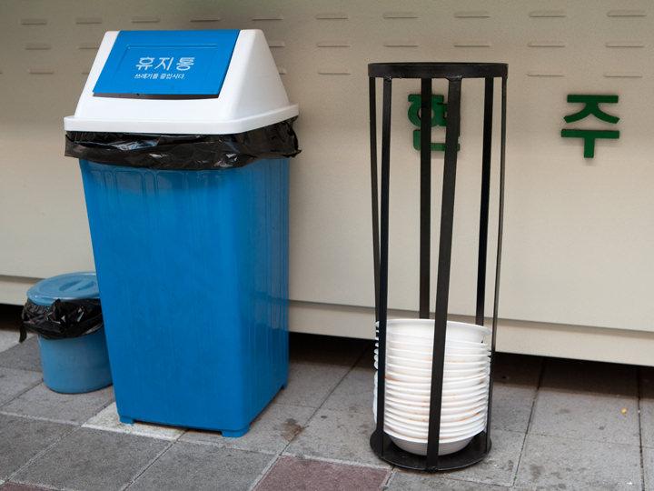 使い捨ての容器は指定の場所に捨てます。
