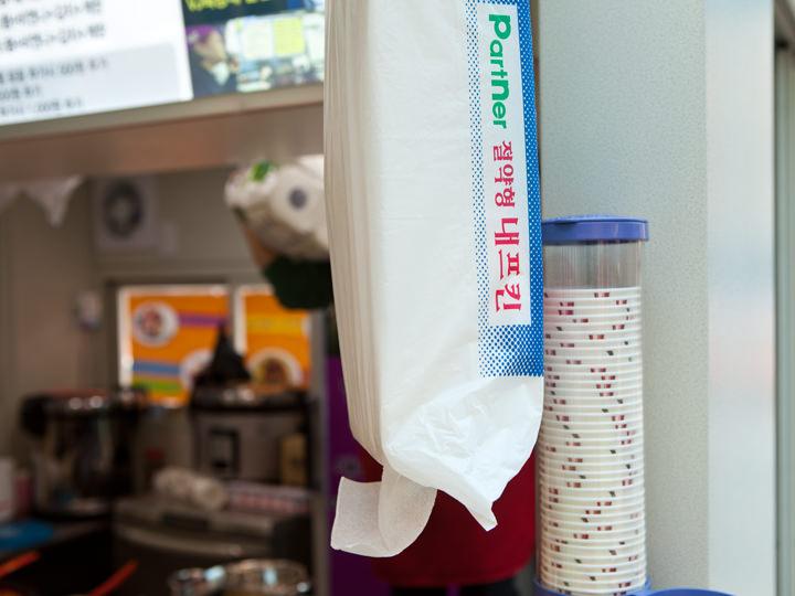ナプキンや紙コップも常備。