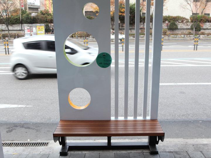 座って食べられるよう通りにはベンチも。