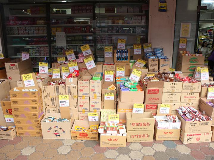 店舗前に積まれたお菓子。箱買いもOK。