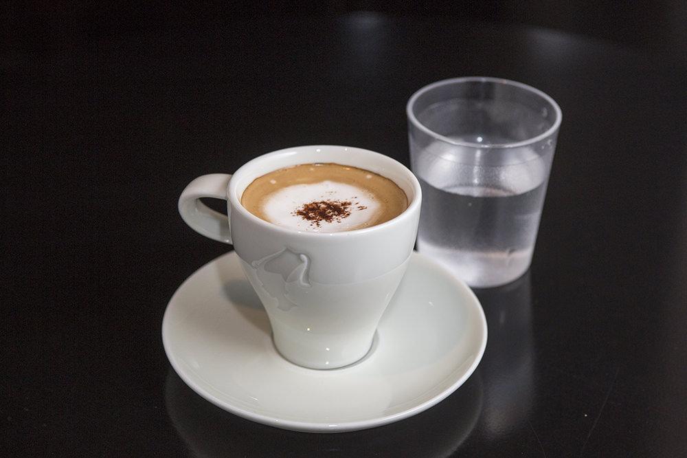 ダブルエスプレッソの上に、エスプレッソとほぼ同量の生クリームをのせたウィーン生まれのコーヒー。口直し用の水とともに提供されます。