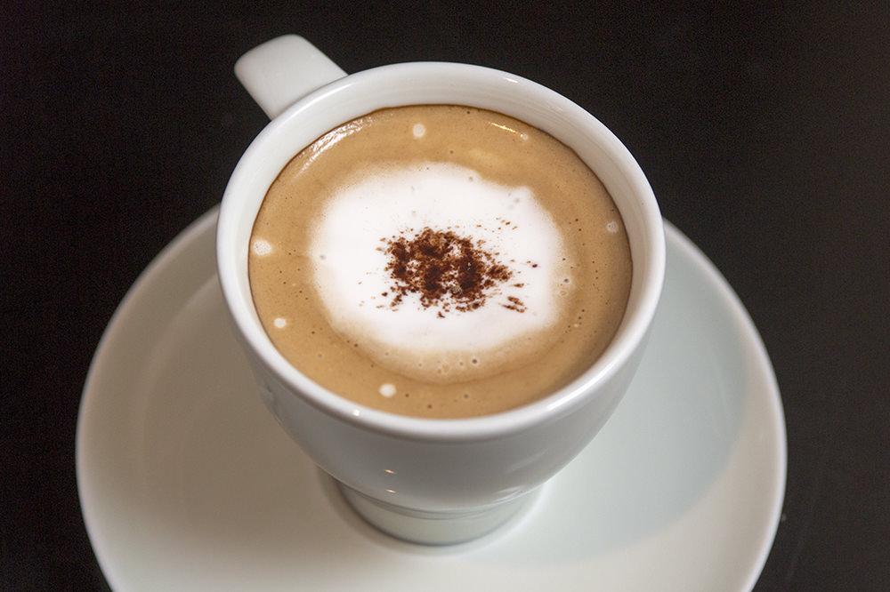 ホイップしていない滑らかな口解けの生クリームと、コーヒーを同時に口に含んでいただきます。
