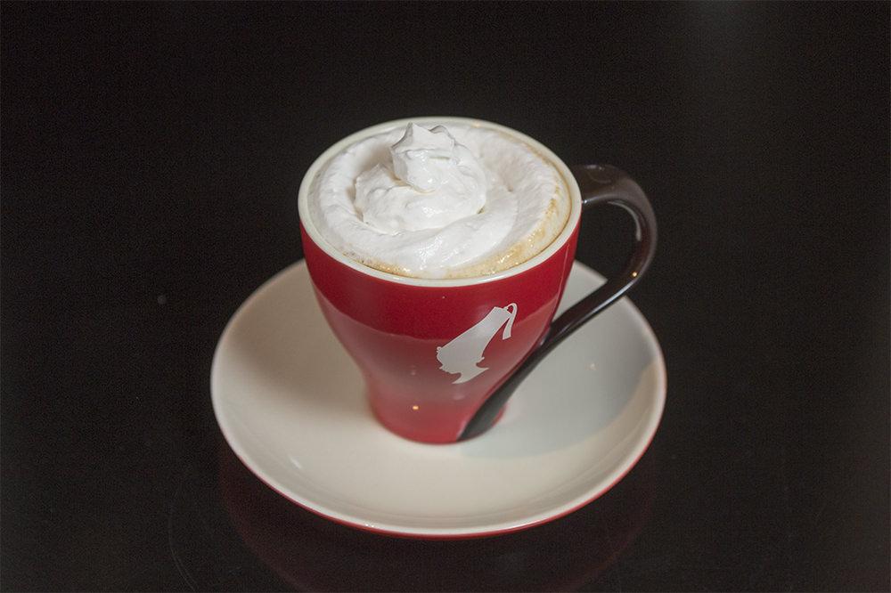 Mozart Kaffee(Rum) (モチュアトゥ)  6,000ウォン深煎りコーヒーとラム酒、ホイップクリームを加えたコーヒーカクテル。ラム酒の甘い香りがふわっとただよい、飲むと体が温まります。まろやかで飲みやすい口当たり。