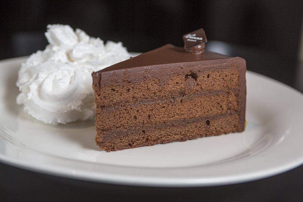 ザッハトルテは、チョコレート味のバターケーキにあんずジャムを塗り、全体をチョコレート入りのフォンダン(糖衣)でコーティングしたオーストリアの代表的なデザート。