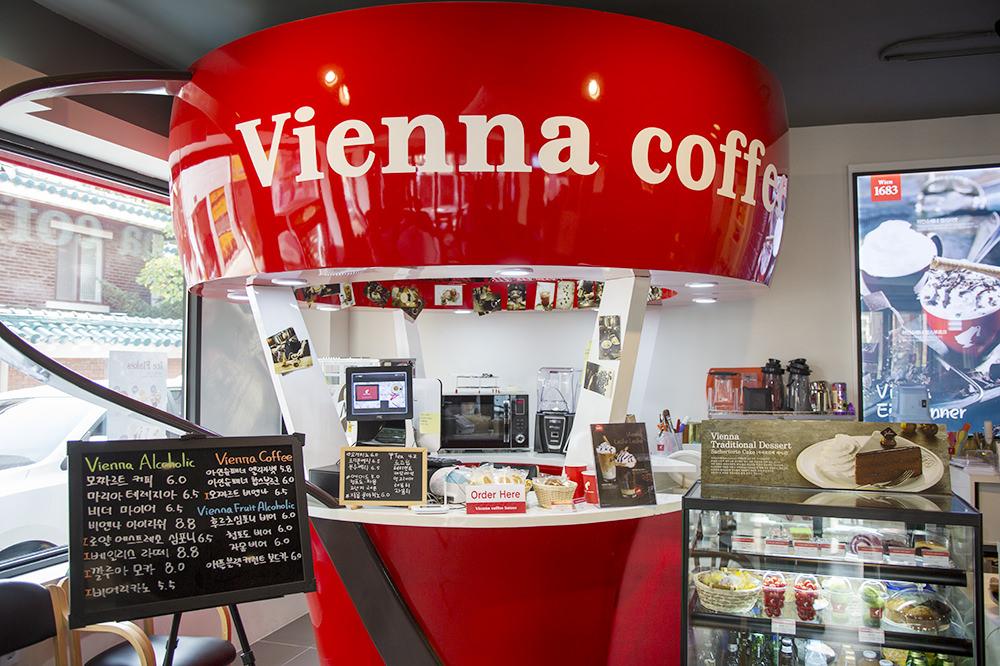 店内は赤、白、黒でシックにまとめられており、カップの形をした注文カウンターが目を引きます。