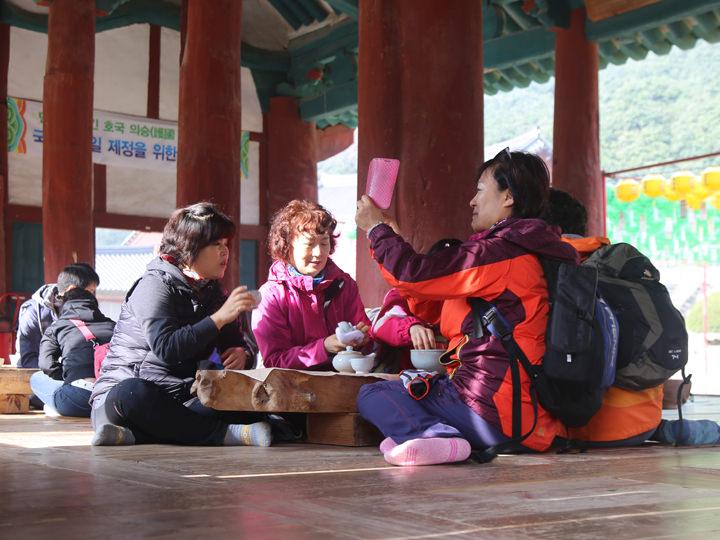 お茶を挟んで談笑する参拝客