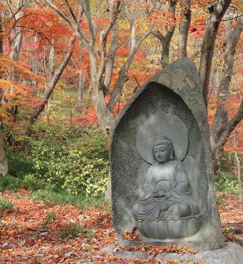 兜率岩に向かう途中にある名もない仏像
