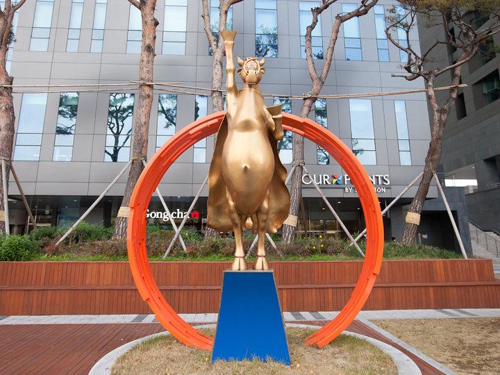 スーパーマンの牛の銅像が目印