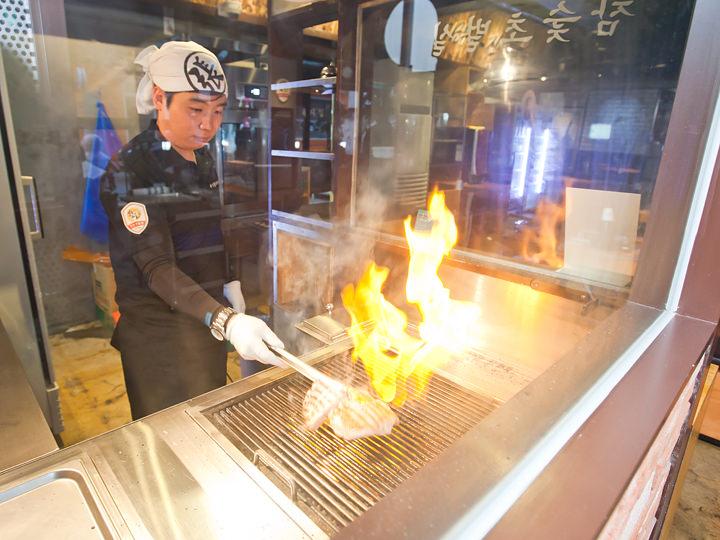 注文が入るとまず炭火で素焼きします