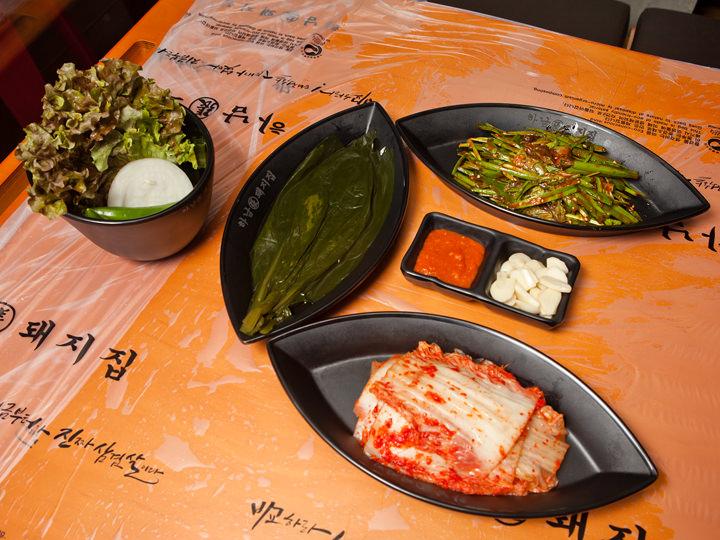 付け合わせは、行者ニンニクの醤油漬け、ニラのコチュジャン和え、新鮮な野菜、キムチ