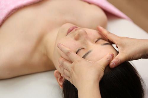 2.骨気マッサージ骨と筋肉を同時にマッサージ。血液循環をよくし、骨格を整えます。