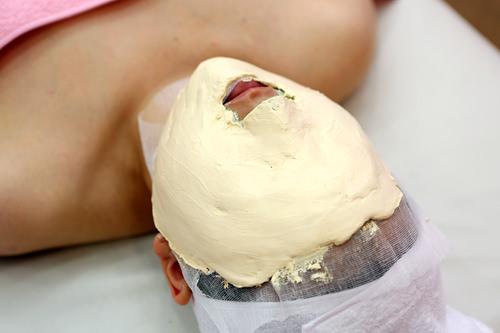 6.石膏パックモデリングパックの上に石膏パックを重ね、肌を温めて血の巡りを良くします。