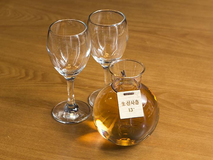 生サンザシ酒(センサンサチュン 700ml 14,000ウォン一切の熱処理を行なわず、ヌリンマウル醸造場のためだけに製造されている新鮮な生サンザシ酒。飲むと甘酸っぱいフルーティーな香りが口いっぱいに広がります。