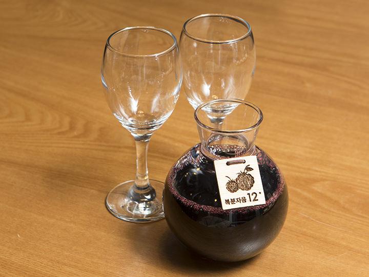 トックリイチゴ酒(ポップンジャ) 375ml 10,000ウォントックリイチゴの名産地として知られる全羅北道・高敞(コチャン)の禅雲山(ソンウンサン)のトックリイチゴのみを使用。すっきりとした甘さが特徴です。