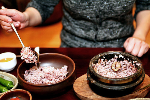 1.釜飯の松の葉だけを取り除き、中のご飯を別の容器に移します。
