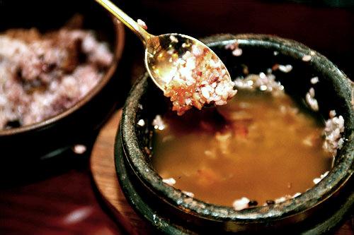 4.ご飯とおかずをひとしきり食べた後、締めはヌルンジで。あっさりとしたトゥングルレ茶に、お焦げの香ばしさ&苦味がナイスマッチ!