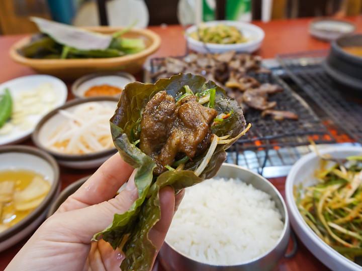 サンチュやゴマの葉の上に、肉とネギを乗せていただきます。野菜をたっぷりいただけるのがうれしいですね。