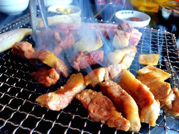 済州の特産物といえばやっぱり黒豚!一人あたりの値段が30,000~40,000ウォンと高いですが、済州に来たら絶対一度は食べて欲しいです!本当に美味しいです。