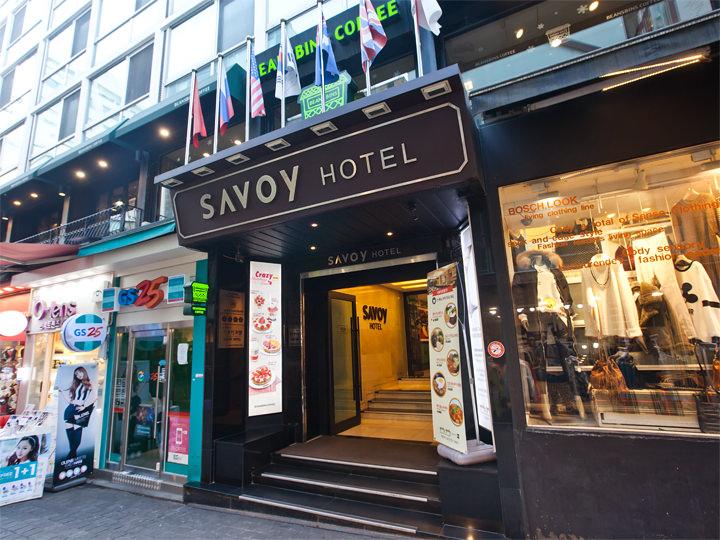 正門:「サボイホテル」の入り口から建物に入り、2階にあがります。入り口の両側にポスターが貼ってあります。