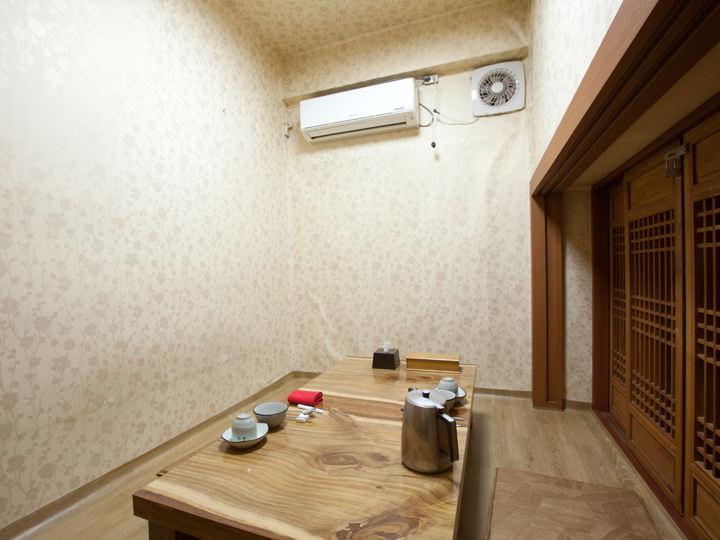 厨房奥の孤立した個室