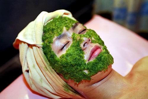 6.きゅうりパックor海藻パック、シャンプー&リンスきゅうりパックまたは海藻パックでほてった皮膚を鎮静させ水分を与えます。最後は髪にシャンプーとリンスをします。