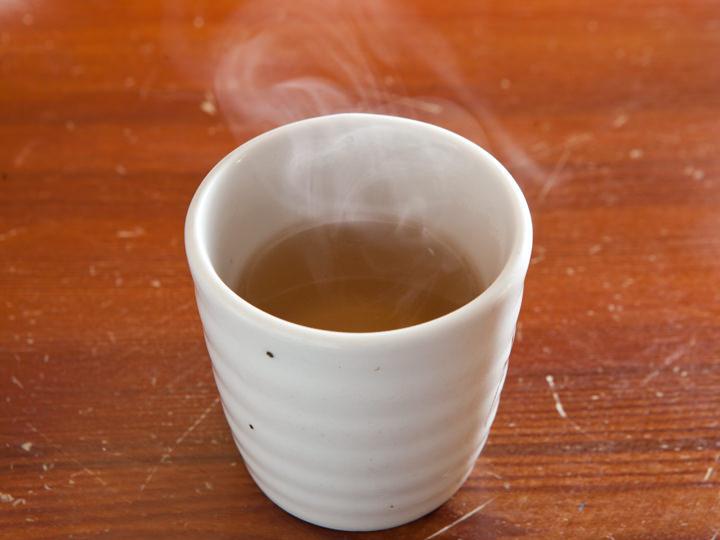 体がほっと休まる、温かい麦茶はセルフで。