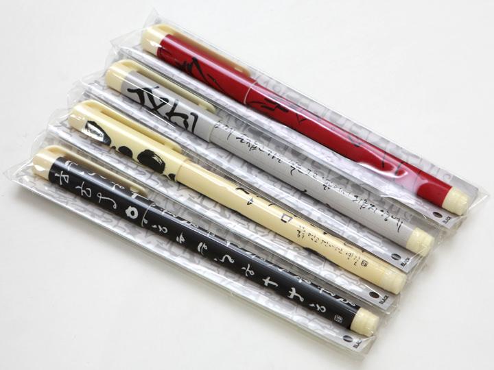 カリグラフィーデザインをあしらったボールペンはバラ撒きお土産にもぴったり