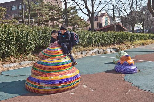 3. 右側にあるうんちのオブジェは子どもの遊び場。さらに直進します。