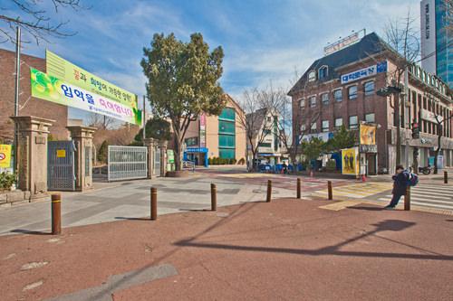 4. 左側にある小学校の校門すぐ前にある十字路を左折します。