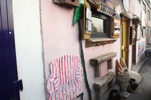 パク・ユチョン(JYJ)とハン・ジミンが「屋根部屋のプリンス」で訪れたことでも知られる椅子のトリックアート