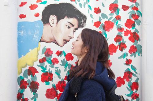 イケメンからのキス、目をつぶってパシャリ!