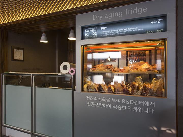 加工された肉を直接確認できる冷蔵庫