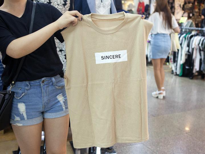 今日はがっつり買い物予定という初めてさんをキャッチ!手始めに買ったTシャツは5,000ウォン!