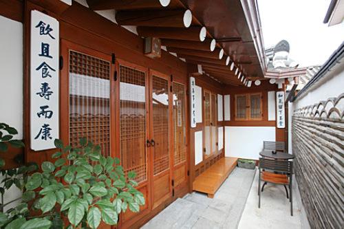 体験伝統建築の美しさとそこに息づく文化を感じられます。また夫婦経営も多く一般家庭に来たような居心地のよさも魅力。