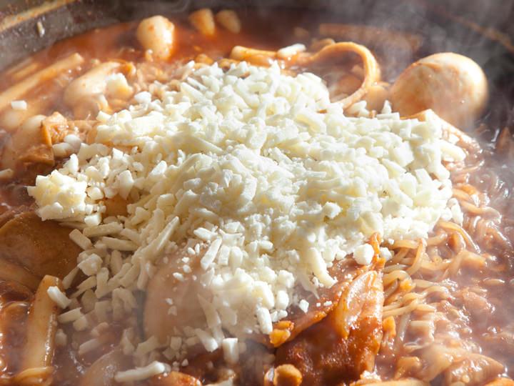 全体が煮えてきたらチーズを入れます