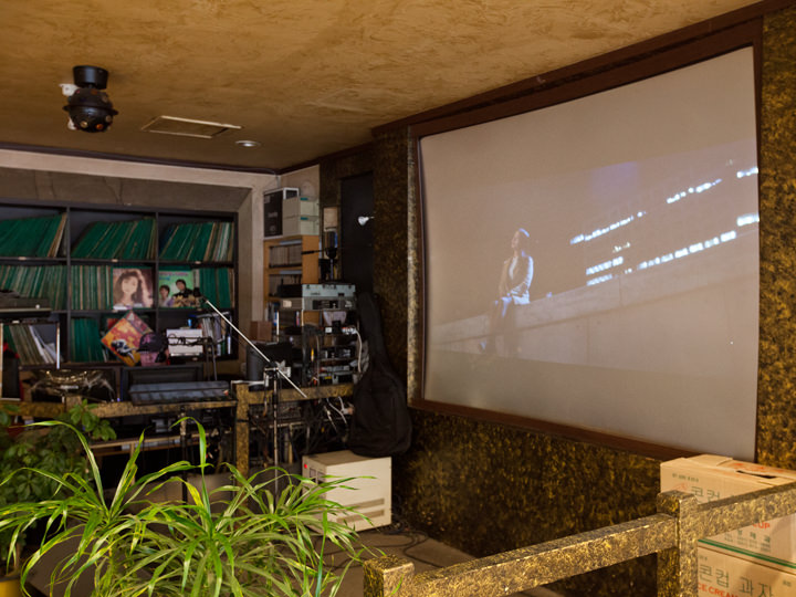 DJブースとライブ公演スペース