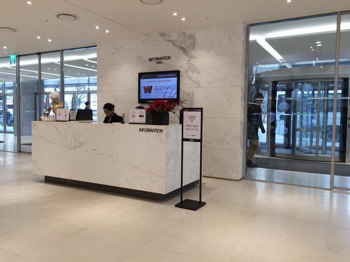 日本語可能なスタッフが駐在の案内デスク(地下1階)メンバーシップカード発行、謝恩品進呈デスク(3階)
