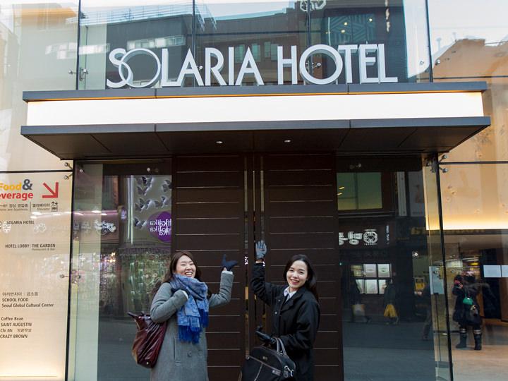 ホテルの正面エントランスで記念撮影!