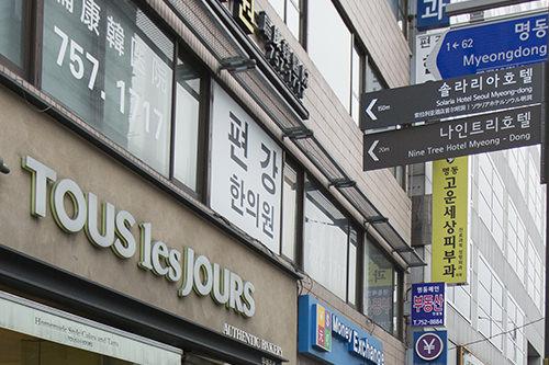 8番出口をでてすぐの看板(日本語あり)が目印