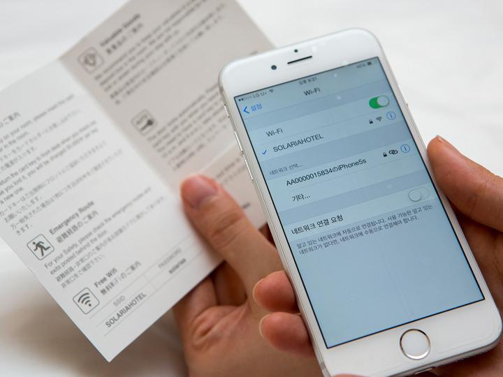 カードキーホルダーに書かれたパスワードを入力すれば、ホテル内どこでもWi-Fiに接続可能