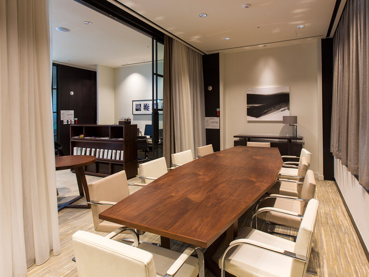 21階には10名ほどが入れるミーティングルームを完備