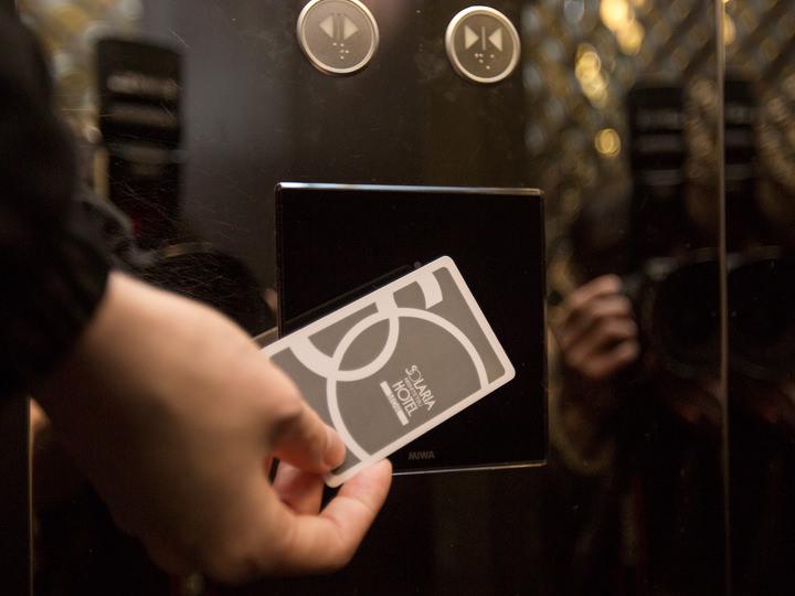 客室フロアへのエレベーターはすべてカードキータッチ式