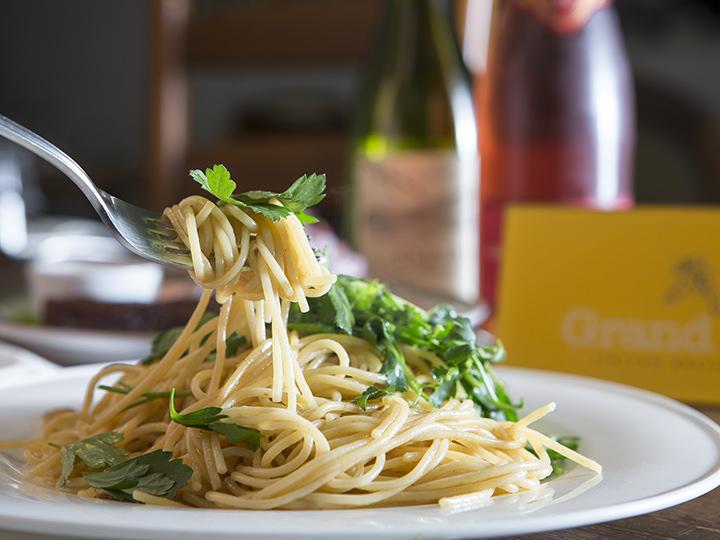 こんもりあしらわれたイタリアンパセリの清涼感、香ばしいニンニクとの調和を味わってください