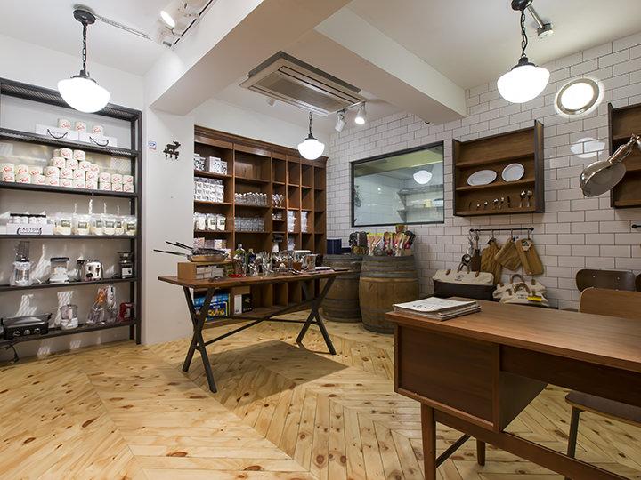 2階では、お店で使う熟成天然塩やキッチン用品などを販売するショップも運営中(平日11:00~18:00)