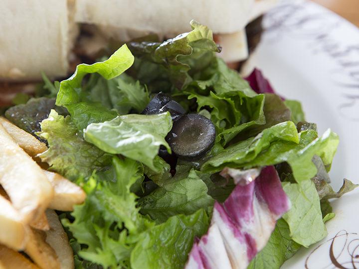 サンドイッチ以外にもたっぷりの生野菜
