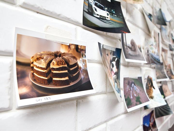 店内に飾られたたくさんの写真を眺めるのも楽しい