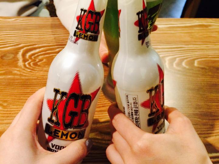 日本では見かけないニュージーランド産のビール「KGB」はレモン味で、後味さわやかっ!