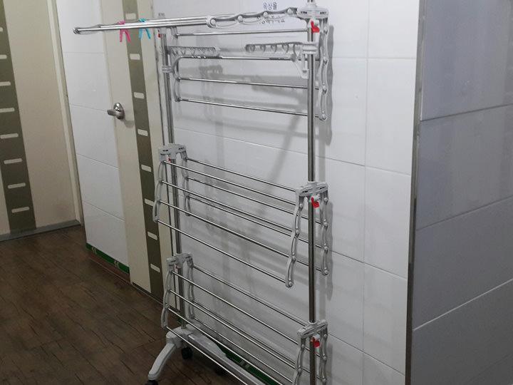 物干しスタンド普段はコシウォンの廊下に出している物干しスタンド。外に干せない時は向かいに住む友達と一緒に室内干しをすることも。オンドルをつければすぐに乾いて便利です。